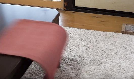 テーブルランナーが床に落ちる手前