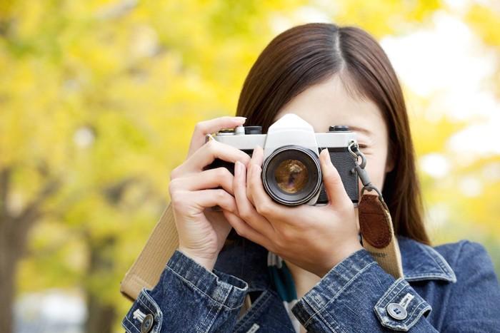 カメラをかまえる女性