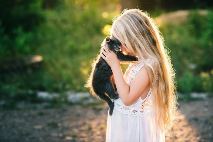 子猫を抱きしめる少女