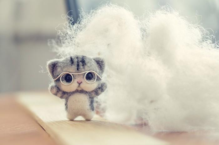 羊毛フェルトの眼鏡をかけた猫のマスコットと綿