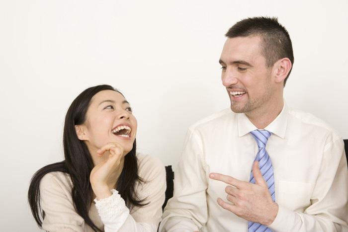 外国人男性と笑う女性