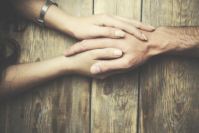 手を取り合う人