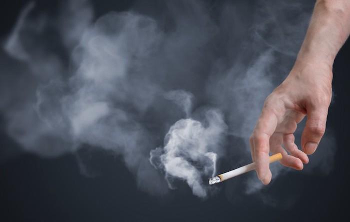 タバコを持つ人の手