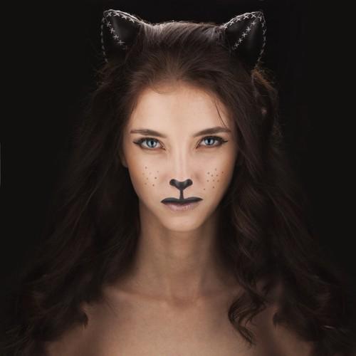 猫の格好をした女性