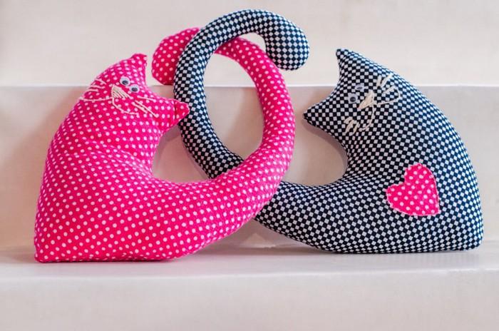 手作りのピンクとブルーの猫クッション