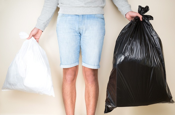 ゴミ袋を持つ人