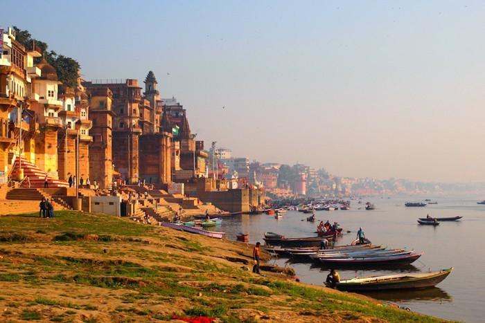 インドの夕日とバナラシの街並み