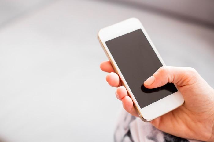 スマートフォンを操作する人の手