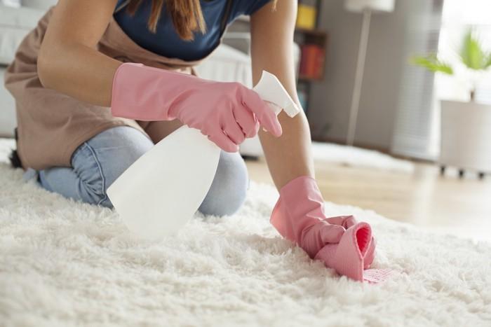 カーペットを掃除する人