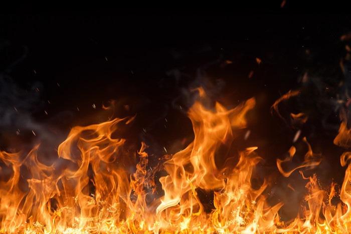 激しく燃える炎