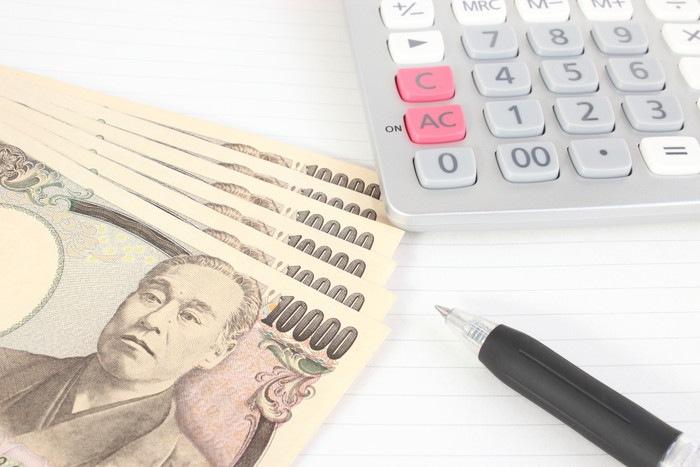 お金と電卓とボールペン