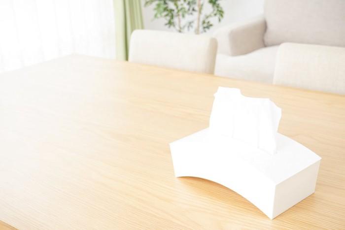 机の上に置かれたティッシュボックス