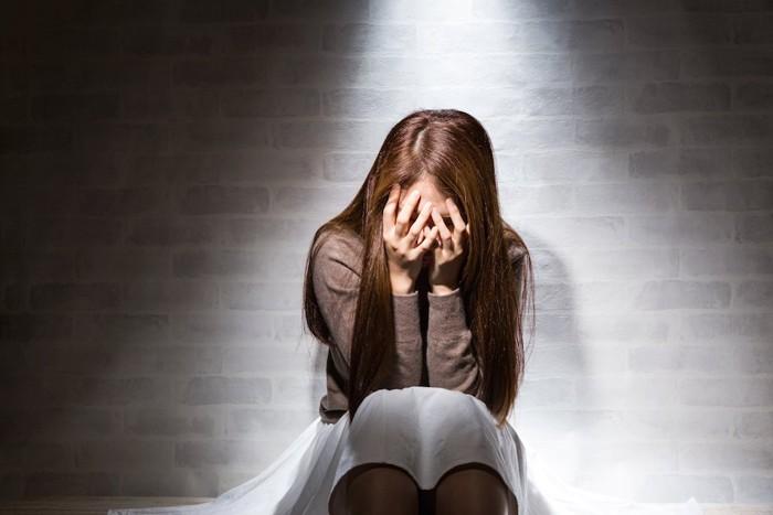 悩み悲しむ女性