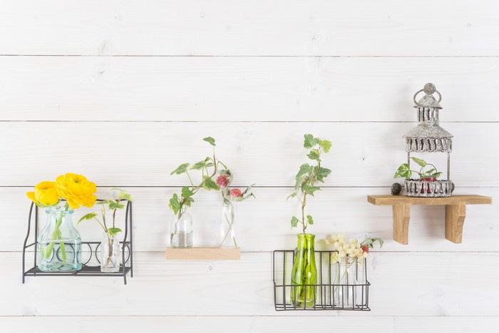 飾り棚と花