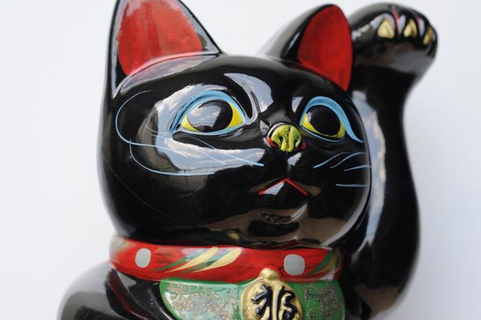 黒い招き猫のアップ