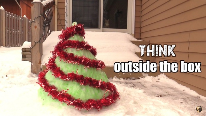 外にクリスマスツリー