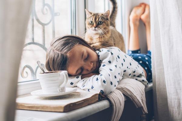 猫とルームウェアを着た女の子
