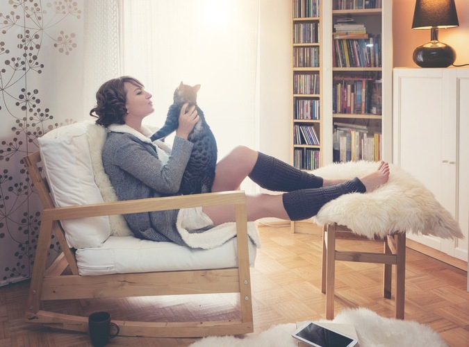 猫と寛ぐ女性