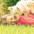 犬が飼い主の上に乗…