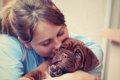 愛犬とのハグでスト…の画像