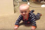 「教えてあげるワン♪」赤ちゃんにハイハイを教えるワンコさん