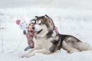 """ロシアの写真家が撮り続ける""""大きな犬と子供たちの仲睦まじい姿""""の写真が素敵!"""