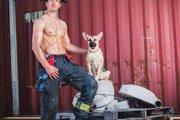 チャリティーカレンダーの消防士と保護犬が現実でタックを組んだ!