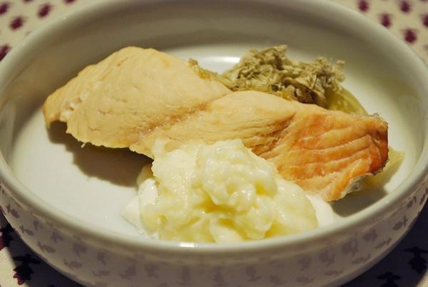 鮭のヨーグルトマッシュポテト添え