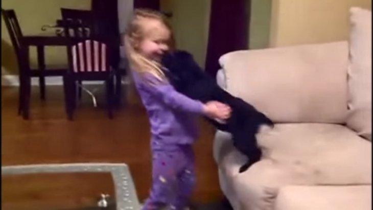 子犬をプレゼントされて大喜びな子供たち【動画】(まとめ)