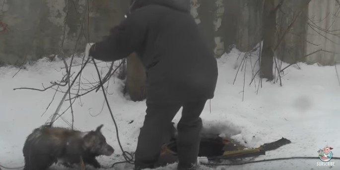 ロープを巧みにあやつる男性。穴に落ちた犬を一本釣りで救出!