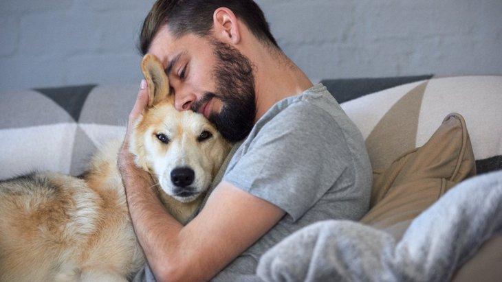 愛犬が寄りかかってくる時の4つの心理