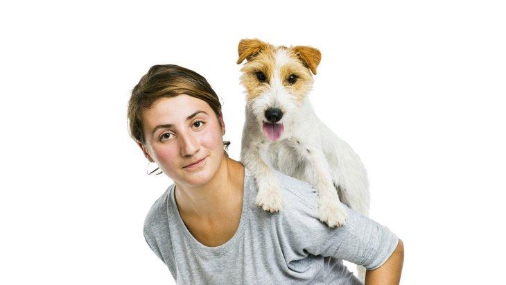 犬を『おんぶ』するのは危険?考えられるリスクと正しいやり方