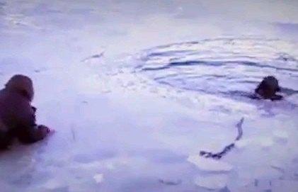ワンちゃんを救え!氷の湖に集まる人々