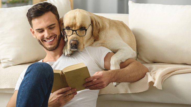 犬に『本の読み聞かせ』は効果あり?4つのメリットと正しい方法
