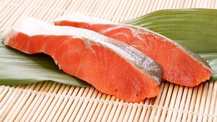 犬は鮭(サーモン)を食べても大丈夫?骨と鮭中毒に注意!栄養を活かしたレシピも紹介