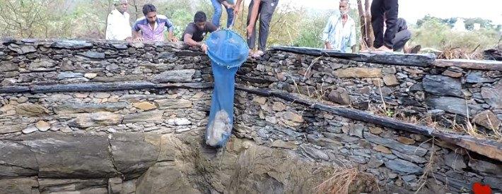 大きくて深い井戸に落ちた犬を決死のレスキュー!奇跡的な生還
