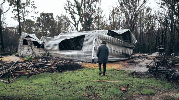 森林火災で焼けた家で愛犬の上に天井が崩落…そこに手が差し伸べられた