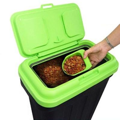 ドッグフードの酸化防止&湿気対策!袋ごと収納できる容器「オーエフティー グリーンフードコンテナ」