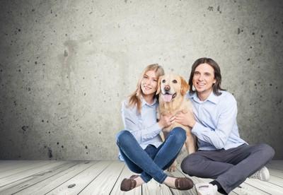 二人の飼い主と犬