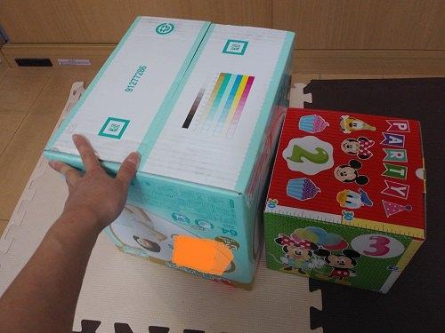 大小の箱 並べた完成図 手を添えてある