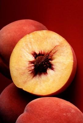 半分に切られている桃