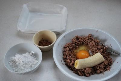 つぶしたレバーとバナナ卵、その他材料の写真