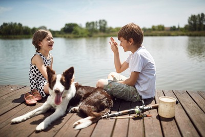会話をする子どもたちと犬