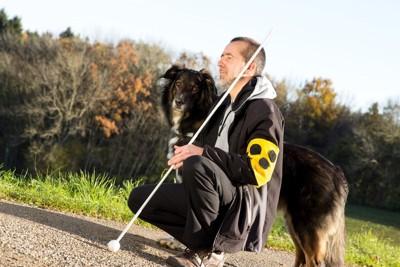 134771702 訓練士と犬のシルエット