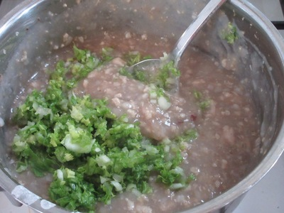人肌まで冷ました鍋に、刻んだ野菜を入れた写真
