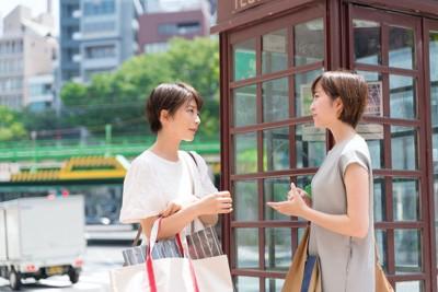立ち話をする二人の女性