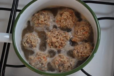 鍋で加熱している里芋まんじゅう