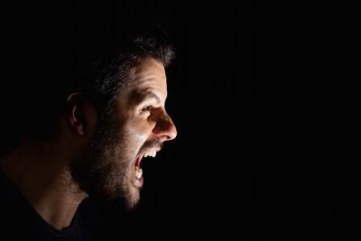 大声で怒鳴る男性