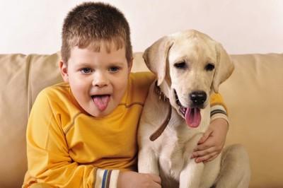 舌を出す男の子と犬