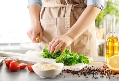 料理をする人